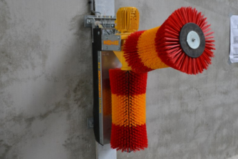 Spinder rotating cow brushes for extensive brushing